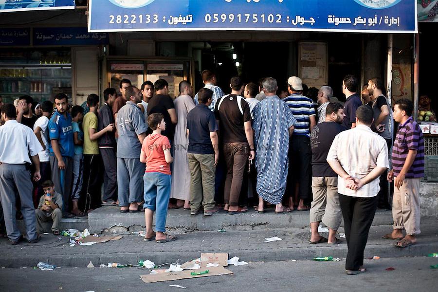 GAZA: queue outside a bakery in the center of Gaza who suffers from a shortage of bread due to lack of oil. July 29, 2014<br /> <br /> GAZA: file d'attente devant une boulangerie du centre de Gaza qui souffre d'une p&eacute;nurie de pain du au manque de p&eacute;trole. 29 juillet 2014