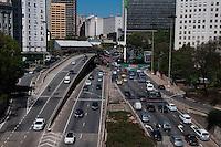 SÃO PAULO-SP,22,09,2014-TRÂNSITO VALE DO ANHANGABAÚ - O motorista não enfrenta lentidão,Vale do Anhangabaú,9 de Julho/23 de Maio. Local: Theatro Municipal.Região Central da cidade de São Paulo,no fim da manhã dessa Terça-Feira,22(Foto:Kevin David/Brazil Photo Press)