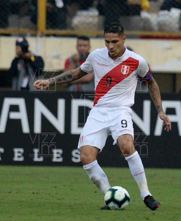 LIMA,PERÚ,09-06-2019:Paolo Guerrero jugador del Perú disputa el balón con  Colombia durante   partido amistoso de preparación para la Copa América de Brasil 2019 jugado en el estadio Monumental de Lima la ciudad de Lima./Paolo Guerrero player of Peru fights the ball against of  Colombia team during a friendly match in preparation for the 2019 Copa América of Brazil played at Lima's Monumental Stadium in Lima. Photo: VizzorImage / Cristian Alvarez / FCF