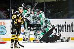 Stockholm 2014-03-21 Ishockey Kvalserien AIK - R&ouml;gle BK :  <br /> R&ouml;gles Jakob Johansson jublar med R&ouml;gles Dennis Everberg och lagkamrater efter att ha gjort 1-0 samtidigt som domare Simon Hillborg  domare Petter Norman &aring;kt in i spelarna<br /> (Foto: Kenta J&ouml;nsson) Nyckelord:  jubel gl&auml;dje lycka glad happy