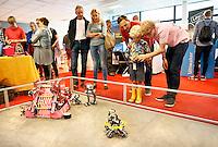 Nederland  Amsterdam  2016 .  Amsterdam Maker Festival. Het Amsterdam Maker Festival maakt onderdeel uit van een nieuw concept ;  Nerderlands. Het doel van het festival is om Makers in contact te brengen met het grote publiek en elkaar te laten zien hoe leuk en nuttig Maken is. Een jongen krijgt uitleg over de robots.  Foto Berlinda van Dam / Hollandse Hoogte