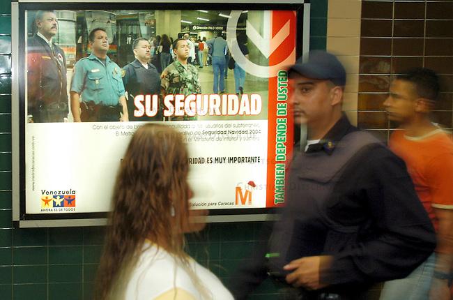 Ein Mitarbeiter des staedischen Sicherheitsdienst vor einer Werbetafel fuer Sicherheit in der U-Bahn &quot;Ihre Sichberheit - haengt auch von Ihnen ab&quot;. Damit sollen die Benutzer der Verkehrsmittel zur Mitarbeit bei der Sicherheit motiviert werden.<br /> 8.11.2004, Caracas / Venezuela<br /> Copyright: Christian-Ditsch.de<br /> [Inhaltsveraendernde Manipulation des Fotos nur nach ausdruecklicher Genehmigung des Fotografen. Vereinbarungen ueber Abtretung von Persoenlichkeitsrechten/Model Release der abgebildeten Person/Personen liegen nicht vor. NO MODEL RELEASE! Nur fuer Redaktionelle Zwecke. Don't publish without copyright Christian-Ditsch.de, Veroeffentlichung nur mit Fotografennennung, sowie gegen Honorar, MwSt. und Beleg. Konto: I N G - D i B a, IBAN DE58500105175400192269, BIC INGDDEFFXXX, Kontakt: post@christian-ditsch.de<br /> Bei der Bearbeitung der Dateiinformationen darf die Urheberkennzeichnung in den EXIF- und  IPTC-Daten nicht entfernt werden, diese sind in digitalen Medien nach &sect;95c UrhG rechtlich geschuetzt. Der Urhebervermerk wird gemaess &sect;13 UrhG verlangt.]