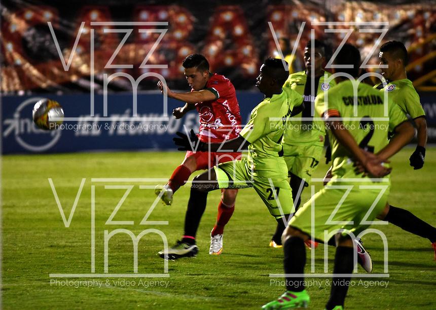 TUNJA - COLOMBIA -22-07-2016: Diego Alvarez (Izq.) jugador de Patriotas FC, disputa el balón con Luis Caicedo (Der.) jugador de Cortulua, durante partido Patriotas FC y Cortulua, por la fecha 5 de la Liga de Aguila II 2016 en el estadio La Independencia en la ciudad de Tunja. / Diego Alvarez (L) of Patriotas FC, figths the ball with con Luis Caicedo (R) player of Cortulua, during a match Patriotas FC and Cortulua, for date 5 of the Liga de Aguila II 2016 at La Independencia stadium in Tunja city. Photo: VizzorImage  /  Cesar Melgarejo / Cont.