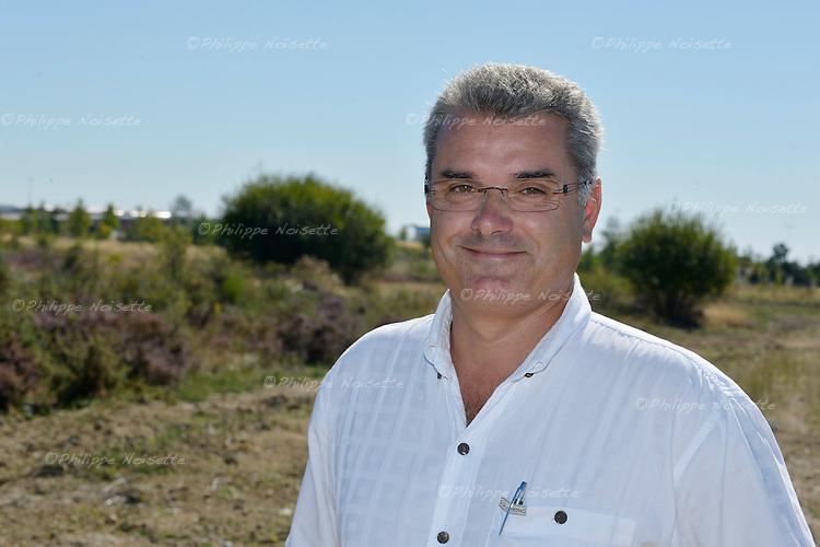 Eco-pâturage : Christophe Janeau, de l'entreprise Edelweiss à Montreuil-Juigné (49), a installé 25 brebis solognotes sur le plateau de la Mayenne à Angers pour tondre les friches.