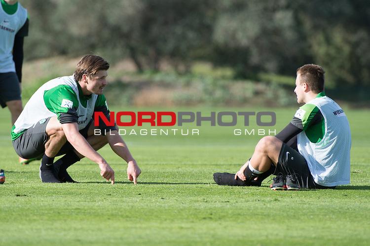 Trainingsgel&auml;nde, Jerez, ESP, 1.FBL, Trainingslager Werder Bremen 2014,  08.01.2014, <br /> <br /> Sebastian Pr&ouml;dl / Proedl (Bremen #15) erkl&auml;rt Philipp Bargfrede (Bremen #44) die Spielszene<br /> <br /> <br /> Foto &copy; nordphoto/ Kokenge