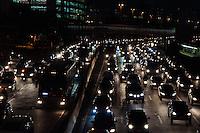 SÃO PAULO-SP-22,08,2014-TRÂNSITO/MARGINAL PINHEIROS  - O Motorista segue com alguma lentidão na Marginal Pinheiros sentido Osasco.Região Oeste da cidade de São Paulo,na noite dessa sexta-feira,22(Foto:Kevin David/Brazil Photo Press)