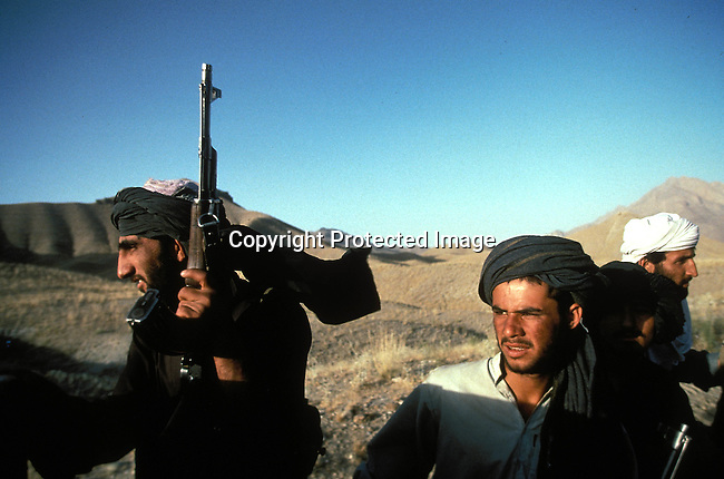 COAFGHA35043.Country. Afghanistan. Taliban soldiers with weapons. 9/96..©Per-Anders Pettersson/iAfrika Photos