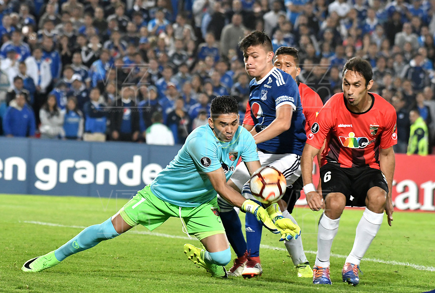 BOGOTA - COLOMBIA – 17 - 04 - 2018: Christian Huerfano (Cent.) jugador de Millonarios (COL), disputan el balon con Carlos Salazar (Izq.) y David Mendoza (Der.) jugadores de Deportivo Lara (VEN), durante partido entre Millonarios (COL) y Deportivo Lara (VEN), de la fase de grupos, grupo G, fecha 3 de la Copa Conmebol Libertadores 2018, en el estadio Nemesio Camacho El Campin, de la ciudad de Bogota. / Christian Huerfano (C) player of Millonarios (COL), fights for the ball with Carlos Salazar (L) and David Mendoza (R) players of Deportivo Lara (VEN), during a match between Millonarios (COL) and Deportivo Lara (VEN), of the group stage, group G, 3rd date for the Conmebol Copa Libertadores 2018 in the Nemesio Camacho El Campin stadium in Bogota city. VizzorImage / Luis Ramirez / Staff.