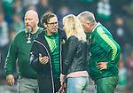 ***BETALBILD***  <br /> Stockholm 2015-09-27 Fotboll Allsvenskan Hammarby IF - AIK :  <br /> Hammarbys Erik Israelsson flickv&auml;n / fru v&auml;ntar diskuterar med med Hammarbys personal ute p&aring; planen under tiden Israelsson f&aring;r v&aring;rd av sjukv&aring;rdspersonal under matchen mellan Hammarby IF och AIK <br /> (Foto: Kenta J&ouml;nsson) Nyckelord:  Fotboll Allsvenskan Tele2 Arena Hammarby HIF Bajen AIK Derby skada skadan ont sm&auml;rta injury pain