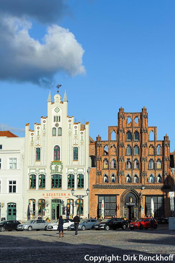 """Historische Häuser am Marktplatz mit Restaurant """"Alter Schwede"""" aus dem 14.Jh. in Wismar, Mecklenburg-Vorpommern, Deutschland, UNESCO-Weltkulturerbe"""