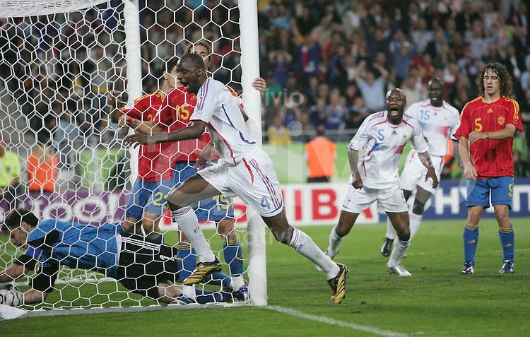 Fussball WM 2006  Achtelfinale   Spanien - Frankreich ; Spain - France  Patrick VIEIRA (FRA) schiesst das 2:1 und jubelt