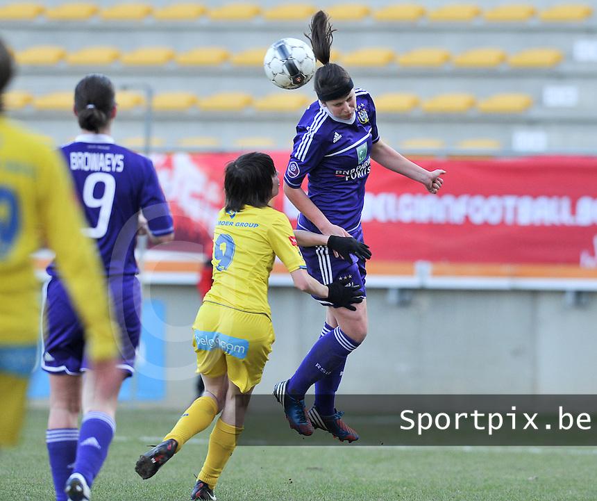 Waasland Beveren Sinaai Girls - RSC Anderlecht : Laura De Neve met de kopbal voor Liselot Praet (links).foto DAVID CATRY / Nikonpro.be