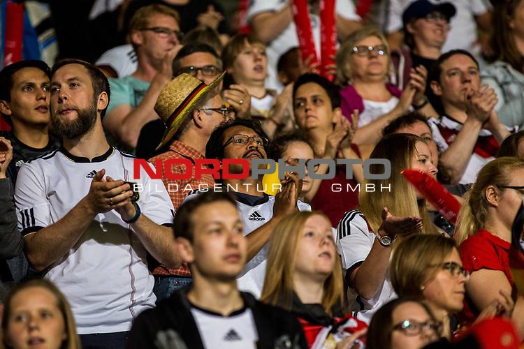 21.07.2017, Koenig Willem II Stadion , Tilburg, NLD, Tilburg, UEFA Women's Euro 2017, Deutschland (GER) vs Italien (ITA), <br /> <br /> im Bild   picture shows<br /> Fans der DFB Frauen jubeln ueber Sieg, <br /> <br /> Foto © nordphoto / Rauch