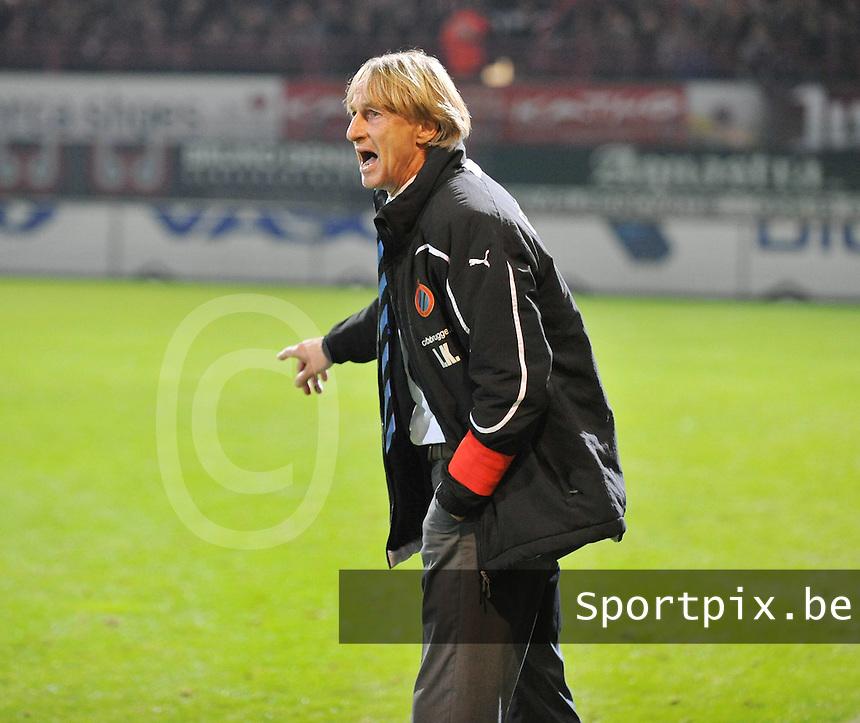 KV Kortrijk - Club Brugge KV : Adrie Koster probeert zijn ploeg nog de laatste wedstrijdaanwijzigingen te geven.foto VDB / BART VANDENBROUCKE