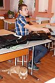 Engagiertes lernen von allen Beteiligten. Nichtstaatliche Schule in Belarus in der Nähe von Minsk, deren Schüler und Lehrer lange Wege und Überwachung in Kauf nehmen. / Everyone is eager to study. Privatschool in Belarus near Minsk.