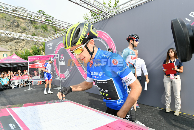 Simon Yates (GBR) Mitchelton-Scott wearing the Maglia Azzurra at sign on before the start of Stage 20 of the 2018 Giro d'Italia, running 214km from Susa to Cervinia is the final mountain stage, with the last three climbs of Giro 101 deciding the GC of the Corsa Rosa, Italy. 26th May 2018.<br /> Picture: LaPresse/Gian Mattia D'Alberto | Cyclefile<br /> <br /> <br /> All photos usage must carry mandatory copyright credit (© Cyclefile | LaPresse/Gian Mattia D'Alberto)