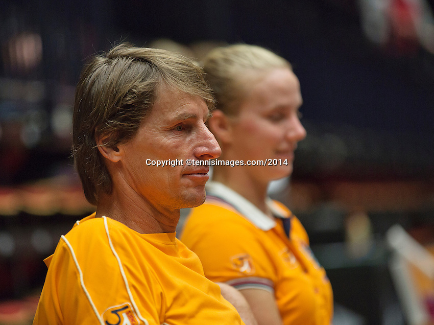 The Netherlands, Den Bosch, 16.04.2014. Fed Cup Netherlands-Japan, captain Paul Haarhuis (NED)   in discussion with Kiki Bertens (NED)<br /> Photo:Tennisimages/Henk Koster