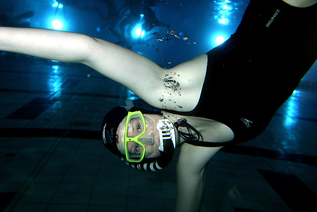05/07/07 SW. NZ Women's underwater hockey B team hopeful Lizzy Cobeldick playing at the Wellington Regional Aquatic Centre. .Photo: Crispin Anderlini