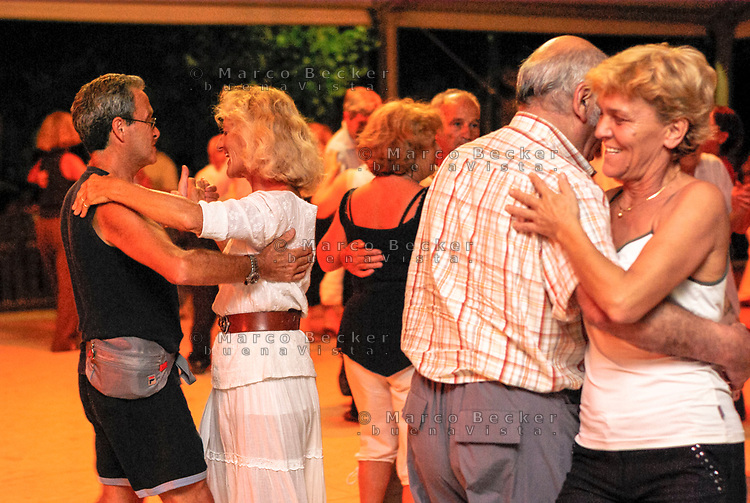 Milano, anziani ballano il liscio alla balera del parco Sempione di fronte al Castello Sforzesco. Un'iniziativa del comune per chi resta in città in agosto --- Milan, dance party in front of the Sforza castle in Sempione park, promoted by the municipality for elderly people who remain in the city in august