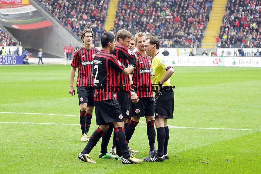 Schiedsrichter Florian Meyer gibt Elfmeter, Carlos Zambrano, Sebastian Jung und Stefan Aigner (Eintracht) sauer