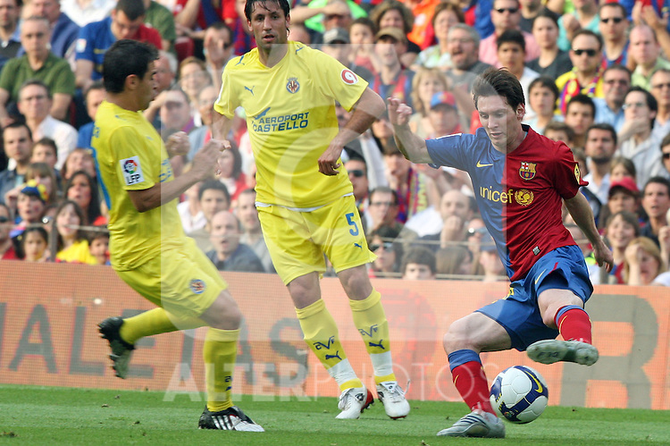 Barcelona's Lionel Messi against Villarreal's Ariel Ibagaza during La Liga match, May 10th, 2009. .(ALTERPHOTOS/Susan Park).