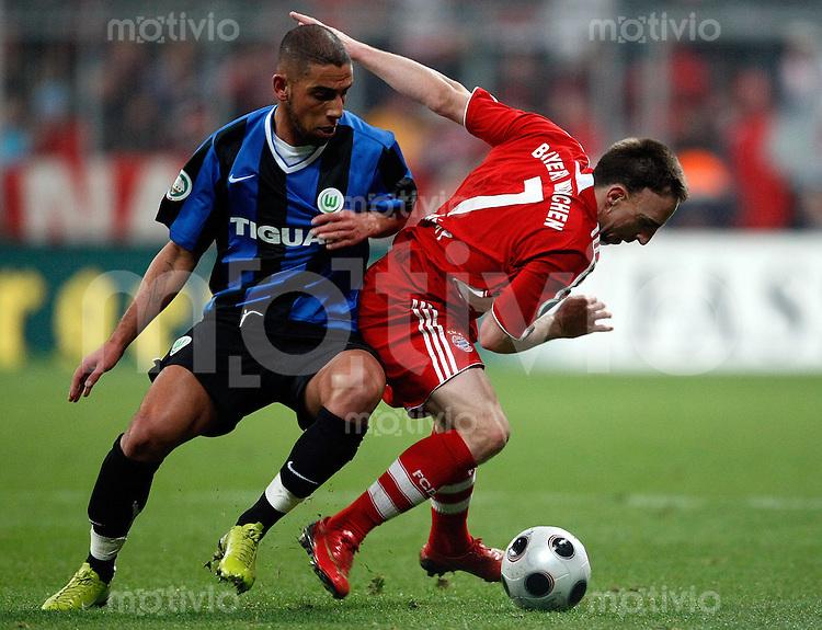 FUSSBALL   DFB Pokal   SAISON 2007/2008  Halbfinale Bayern Muenchen - VFL Wolfsburg Franck RIBERY (re, Bayern Muenchen) im Zweikampf mit Ashkan DEJAGAH (li, VFL Wolfsburg).