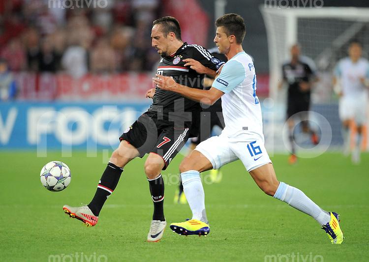 FUSSBALL   CHAMPIONS LEAGUE   SAISON 2011/2012  Qualifikation  23.08.2011 FC Zuerich - FC Bayern Muenchen Franck Ribery (li, FC Bayern Muenchen) gegen Philippe Koch (re, FC Zuerich)