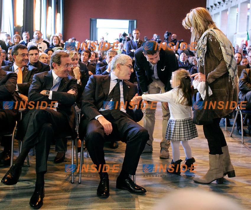 PIER FERDINANDO CASINI STRIGE LA MANO ALLA FIGLIA DI GIANFRANCO FINI ED ELISABETTA TULLIANI, CAROLINA..Roma 06/11/2011 Manifestazione del Terzo Polo dal titolo: Con il Terzo Polo per rifare l'Italia...Photo Samantha Zucchi Insidefoto..***L'UFFICIO STAMPA DI GIANFRANCO FINI CHIEDE DI PIXELARE IL VISO DELLA MINORE