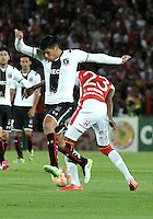 BOGOTA- COLOMBIA – 26-02-2015: Luis Quiñones (Der.) jugador del Independiente Santa Fe de Colombia, disputa el balón con Felipe Flores (Izq.) jugador de Colo Colo de Chile, durante partido entre Independiente Santa Fe de Colombia y Colo Colo de Chile, por la segunda fase, grupo 1, de la Copa Bridgestone Libertadores en el estadio Nemesio Camacho El Campin, de la ciudad de Bogota. / Luis Quiñones (R) player of Independiente Santa Fe of Colombia, figths for the ball with Felipe Flores (L) player of Colo Colo of Chile during a match between Independiente Santa Fe of Colombia and Colo Colo of Chile for the second phase, group 1, of the Copa Bridgestone Libertadores in the Nemesio Camacho El Campin in Bogota city. Photo: VizzorImage / Luis Ramirez / Staff.