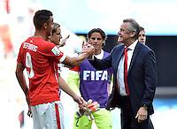 FUSSBALL WM 2014  VORRUNDE    Gruppe D     Schweiz - Ecuador                      15.06.2014 JUBEL Schweiz; Trainer Trainer Ottmar Hitzfeld (re) gratuliert 2-1 Torschuetzen Haris Seferovic nach dem Abpfiff