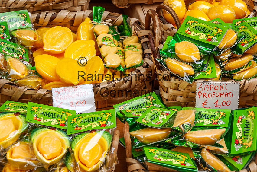 Italien, Kampanien, Sorrentinische Halbinsel, Amalfikueste, Amalfi: lokale Spezialitaeten - Limonenprodukte (Seife) | Italy, Campania, Sorrento Peninsula, Amalfi Coast, Amalfi: local specialities - lemon products (soap)