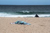 RIO DE JANEIRO; RJ; 03 DE JULHO 2013-  A quarta-feira (3) tem céu nublado e ameaça de chuva  na Zona Sul do Rio de Janeiro. A praia do Leblon tem pouco movimento. FOTO: NÉSTOR J. BEREMBLUM - BRAZIL PHOTO PRESS.