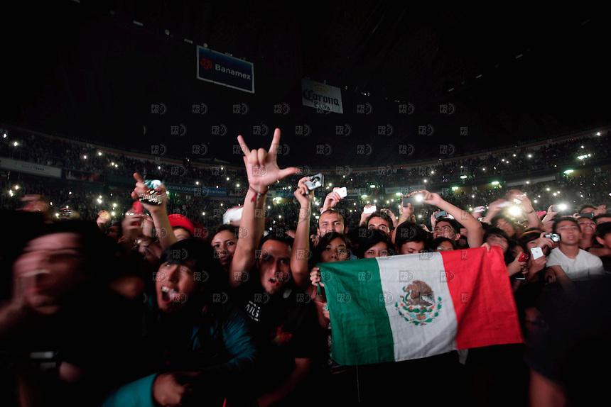 CIUDAD DE M&Eacute;XICO, octubre 18, 2013.  Jovenes gritan durante el concierto de la banda inglesa, Muse, en el  Palacio de los Deportes de la  Ciudad de M&eacute;xico, el 18 de octubre de 2013. Muse present&oacute; el primero de sus tres conciertos de su gira mundial, The 2nd Law,  en la Ciudad de M&eacute;xico.  FOTO: ALEJANDRO MEL&Eacute;NDEZ<br /> <br /> MEXICO CITY, October 18, 2013. Young screaming during the concert of the British band, Muse, at the Palacio de los Deportes in Mexico City, on October 18, 2013. Muse presented the first of three concerts of his world tour, The 2nd Law, in Mexico City. PHOTO: ALEJANDRO MELENDEZ