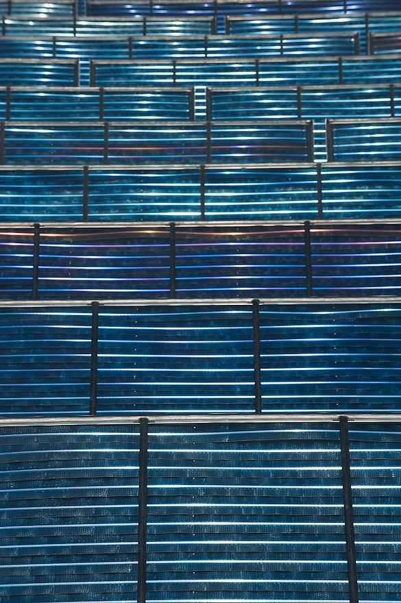 Nederland, Almere, 7 april 2010.In Almere wordt gewerkt aan het grootste veld met zonnecollectoren van Europa. Het project heet Zoneiland en is bij de Noorderplassen. De zonnecollectoren gaan water verwarmen, geen elektriciteit opwekken, voor de woonwijk erachter. In Almere wordt verwarmd met stadsverwarming. Dit veld, waar zo'n vijfhonderd grote collectoren komen te staan, gaat 10  % van de warmtebehoefte leveren..Foto Michiel Wijnbergh