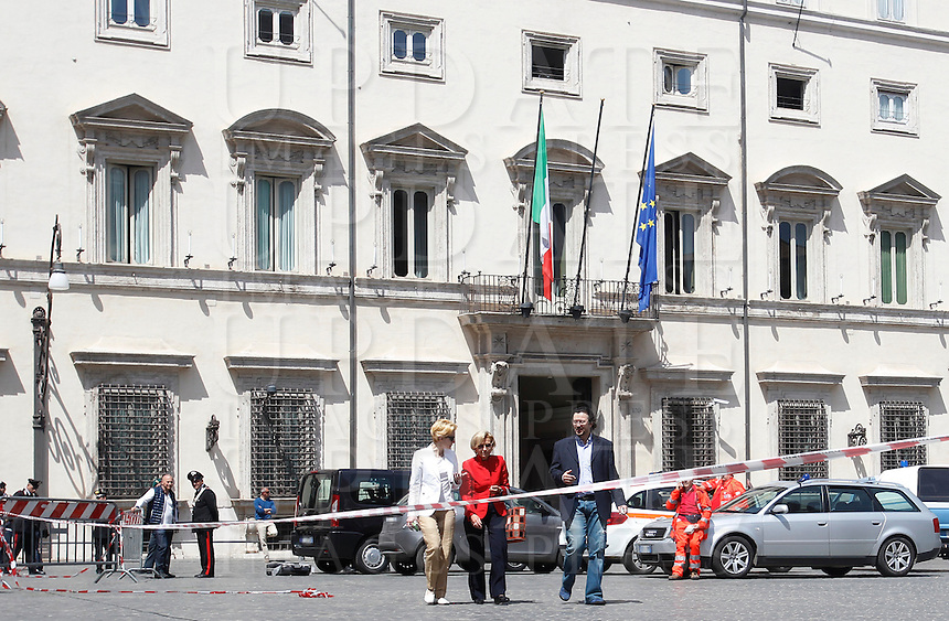 Rilievi della Scientifica sul punto della sparatoria nel corso della quale sono rimasti feriti due Carabinieri di fronte a Palazzo Chigi, Roma, 28 aprile 2013..Forensic police collect evidence where a shooting in which two Carabinieri paramilitary police officers were wounded, took place outside Chigi Palace, government office, in Rome, 28 April 2013..UPDATE IMAGES PRESS/Isabella Bonotto