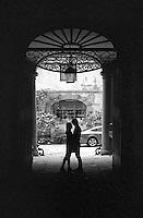 Firenze, la sagoma di due innamorati nel cortile di un palazzo, visti attraverso la cornice del portone --- Florence, the silhouette of two lovers in the courtyard of a building, seen through the frame of the access door