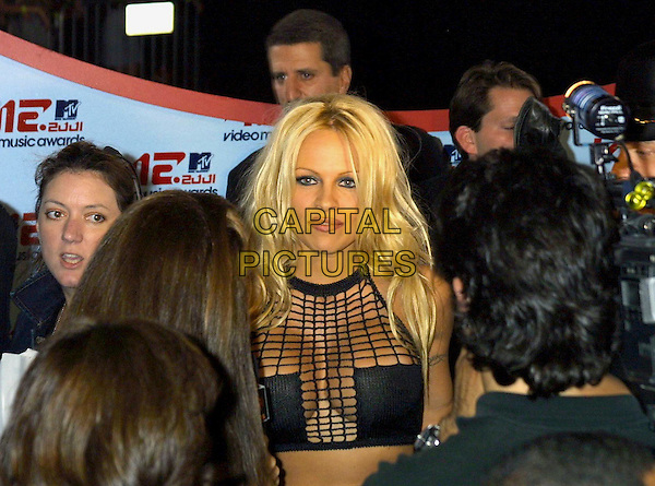 PAMELA ANDERSON.MTV Video Music Awards 2001.www.capitalpictures.com.©Capital Pictures.cleavage