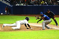 BARRANQUILLA- COLOMBIA, 9-01-2020: Los Gigantes ganaron a los Caimanes 4 carreras por cero y pasaron a la final de  la Liga Colombiana de Béisbol Profesional al ganar la serie 3-1.En la foto ,Erick Salcedo de Gigantes y Carlos Triunfel de Caimanes/ <br /> The Gigantes won the Caimanes 4 runs by zero and went to the Colombian Professional Baseball League final by winning series  the 3-1 .In the photo Erick Salcedo of Gigantes and Carlos Triunfel of Caimanes. Photo: VizzorImage / Alfonso Cervantes / Contribuidor