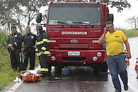 FRANCA, SP, 04.05.2015: ACIDENTE-SP - Bombeiros fazem trabalho de resgate após acidente envolvendo uma caminhonete, na altura do km 5 da Rodovia Tancredo Neves, sentido Claraval (MG), na tarde desta segunda-feira (04), em Franca, interior de São Paulo. Das três pessoas que estavam no veículo, uma jovem não resistiu aos ferimentos e morreu no local. As outras duas foram encaminhadas para hospitais de Franca. Chovia no momento do acidente. (Foto: Renato Cunha/Brazil Photo Press).