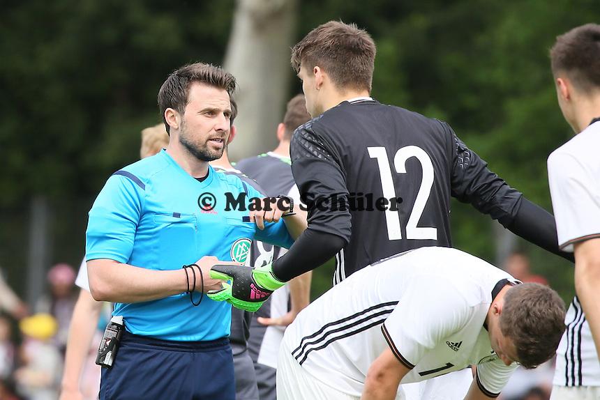 Rot für Torwart Phillip Menzel (D) - Deutschland vs. Irland, U18-Freundschaftsspiel, Stadion am Sommerdamm, Rüsselsheim