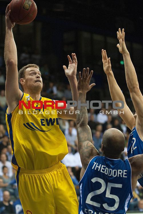07.10.2015, EWE Arena, Oldenburg, GER, Beko BBL, EWE Baskets Oldenburg vs FRAPORT SKYLINERS , im Bild<br /> <br /> Brian Qvale (EWE Baskets Oldenburg #41)<br /> Jordan Theodore (Fraport Skyliners Frankfurt #25)<br /> <br /> Foto &copy; nordphoto / Rojhan
