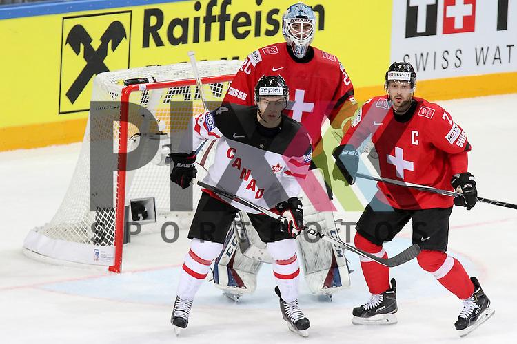 Canadas Hall, Taylor (Nr.4) vor Schweizs Bera, Reto (Nr.20) und Schweizs Streit, Mark (Nr.7)  im Spiel IIHF WC15 Schweiz vs. Canada.<br /> <br /> Foto &copy; P-I-X.org *** Foto ist honorarpflichtig! *** Auf Anfrage in hoeherer Qualitaet/Aufloesung. Belegexemplar erbeten. Veroeffentlichung ausschliesslich fuer journalistisch-publizistische Zwecke. For editorial use only.
