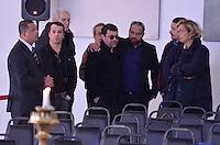 ATENCAO EDITOR IMAGENS EMBAGADAS PARA VEICULOS INTERNACIONAIS - SAO PAULO, SP, 30 SETEMBRO 2012 - VELORIO HEBE CAMARGO - O Filho de Hebe Camargo,  Marcelo Camargo (ao fundo de oculos preto) comparece ao velório da apresentadora Hebe Camargo, no Palácio dos Bandeirantes, sede do Governo do Estado de São Paulo, na capital paulista, na madrugada deste domingo, 30. Hebe morreu hoje aos 83 anos, de parada cardíaca, na sua casa no bairro do Morumbi, na capital paulista. Diagnosticada com câncer no peritônio em janeiro de 2010, ela lutava contra a doença desde então. (FOTO: LEVI BIANCO / BRAZIL PHOTO PRESS).