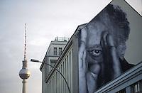 **Hinweis: Dieses Bild ist Teil der Fotostrecke Streetart JR** <br /> Berlin, Bilder des franz&ouml;sischen K&uuml;nstlers JR am Montag (13.05.13) in Berlin. Der Streetartist JR brachte f&uuml;r sein Projekt &quot;The Wrinkles Of The City&quot;  Schwarz/Wei&szlig;-Portraits von Berliner Senioren an verschiedene H&auml;userw&auml;nde in Berlin an. Die dazugeh&ouml;rige Ausstellung in der Galerie Henrik Springmann findet bis zum 25.05.2013 statt.<br /> Foto: Steffi Loos/CommonLens