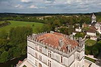 Europe/France/Aquitaine/24/Dordogne/Bourdeilles: Le Château  de Bourdeilles et le village -  Château qui réunit en réalité deux châteaux:  le Château dit Pavillon Renaissance, XVe siècle, sur la photo et le   château de Bourdeilles, médiéval XIIIe  d'ou est prise la photo