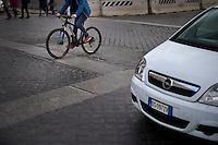 Il manto stradale dissestato rappresenta il primo pericolo per i ciclisti a Roma.