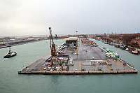 Kreuzfahrtterminal an der Lagunenstadt von Venedig, das 2018 geschlossen wird wegen dem Neubau eines Kreuzfahrthafens auf dem Festland - 26.11.2017: Hafeneinfahrt Venedig mit der Costa Deliziosa