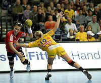 Handball Frauen / Damen  / women 1. Bundesliga - DHB - HC Leipzig : Frankfurter HC - im Bild: Jagd am Kreis - Maria Kiedrowski (#19) versucht die Gegnerin am Wurf zu hindern . Foto: Norman Rembarz .