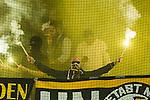 Solna 2015-08-10 Fotboll Allsvenskan AIK - Djurg&aring;rdens IF :  <br /> AIK:s supportrar eldar med bangaler inf&ouml;r den andra halvleken av matchen mellan AIK och Djurg&aring;rdens IF <br /> (Foto: Kenta J&ouml;nsson) Nyckelord:  AIK Gnaget Friends Arena Allsvenskan Djurg&aring;rden DIF inomhus interi&ouml;r interior supporter fans publik supporters r&ouml;k bengal bengaler