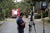 SAO PAULO, SP, 03.04.2015 - MORTE FILHO DO GOVERNADOR / SAO PAULO - Movimentação da imprensa na manhã desta sexta-feira,03, dentro do condomínio fechado em frente a casa que o helicóptero caiu, em Carapicuíba, grande São Paulo.  O filho do governador de são paulo morreu na tarde desta quinta-feira,02, após sofrer acidente de helicóptero em Carapicuíba na grande São Paulo. (Foto: Fernando Neves/ Brazil Photo Press).